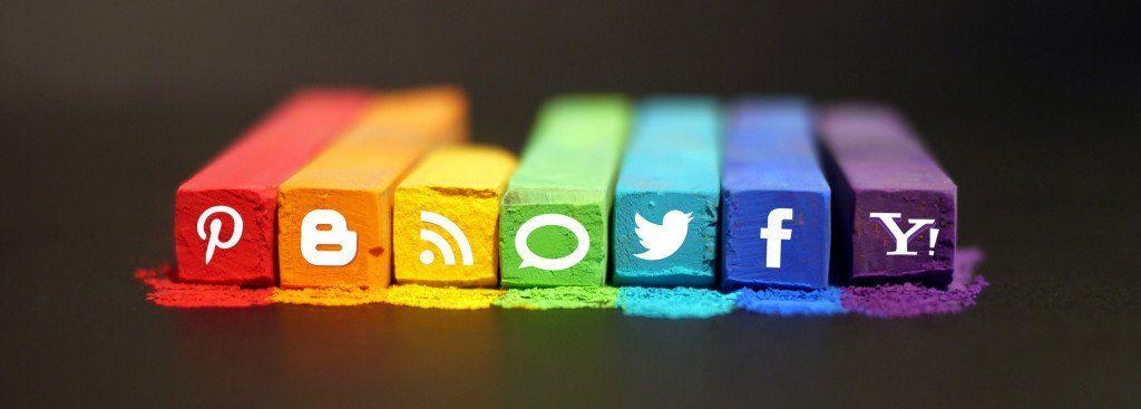 Craies de couleurs sur lesquelles sont dessinés les logos de divers réseaux sociaux.
