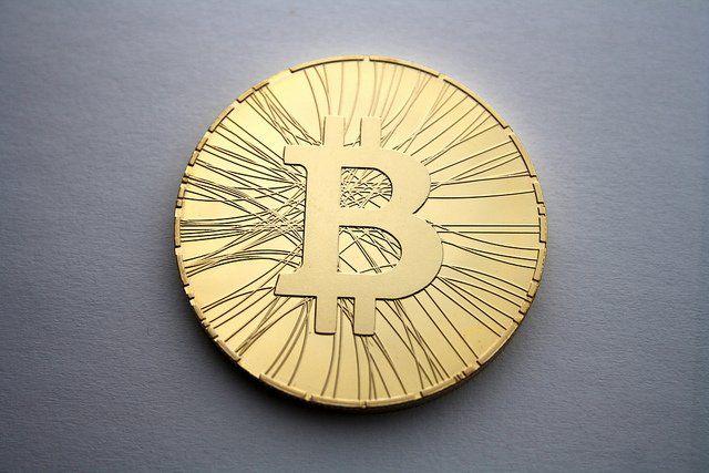 Photographie d'une pièce de bitcoin.