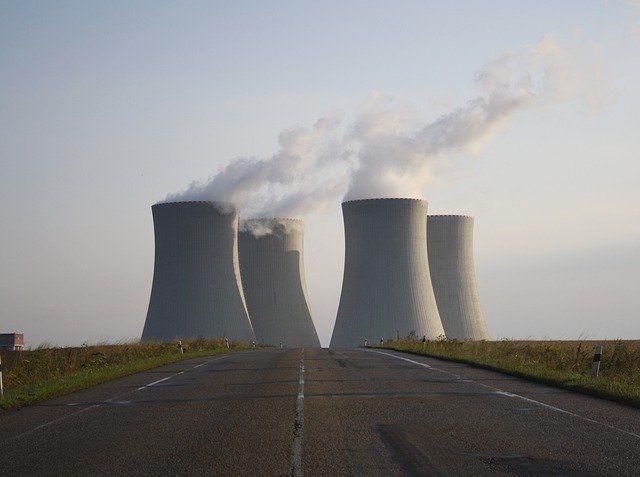 Des réacteurs nucléaires produisant de la fumée.