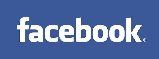 Facebook écrit en blanc sur fond bleu.