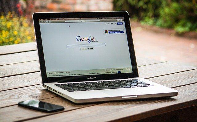 Un ordinateur portable affichant la page d'accueil de Google.