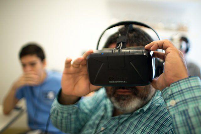 Un homme porte un casque de réalité virtuelle Oculus Rift.