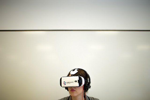 Femme avec un casque de réalité virtuelle sur les yeux.