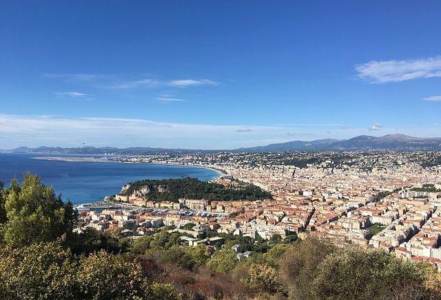 Vue sur la mer depuis les hauteurs de Nice.