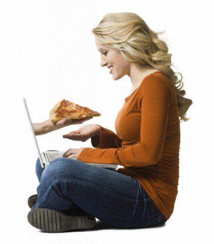 femme commandant une pizza en ligne