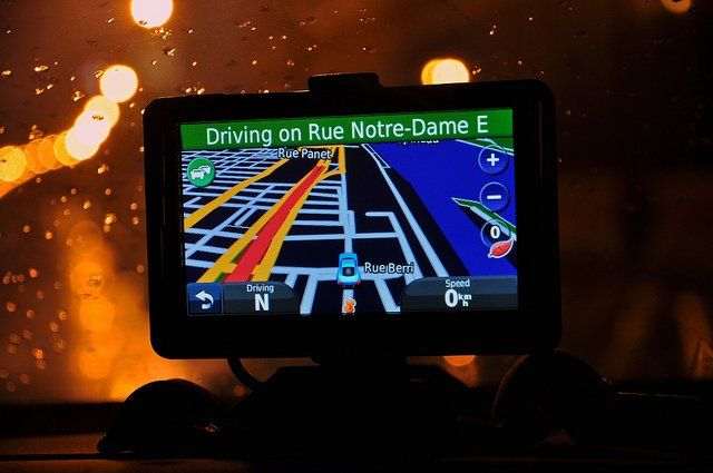 Photo d'un GPS en voiture, de nuit.
