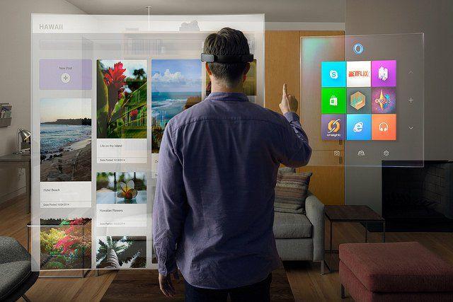 Personne utilisant des lunettes Hololens de Microsoft