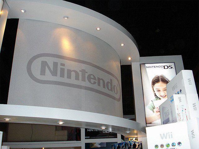 Une exposition Nintendo, avec Nintendo inscrit en grosses lettres sur fond blanc.
