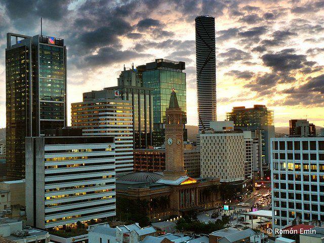 Grande ville avec buildings sous ciel nuageux.