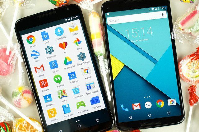 Deux smartphones qui utilisent des applications Google.
