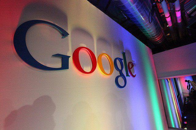 Logo Google sur un mur avec quelques néons.