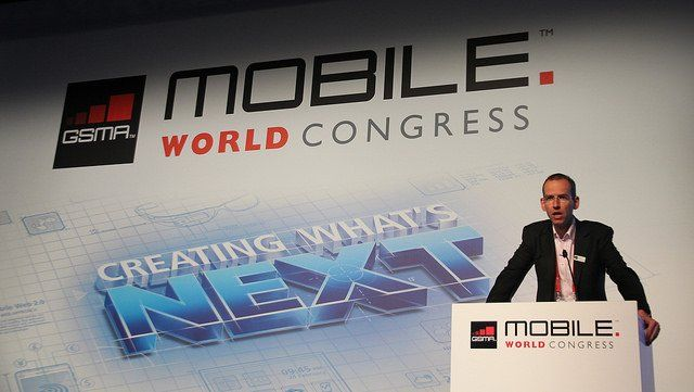 Un homme s'exprime à un pupitre lors du Mobile World Congress de Barcelone.