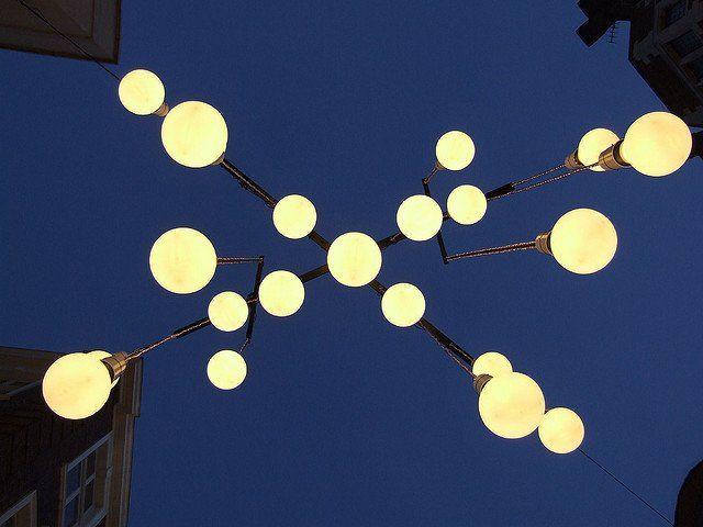 Luminaire dans la rue.