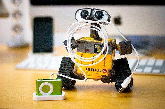 """Le robot Wall-E avec un chargeur d'iPod dans les """"bras""""."""