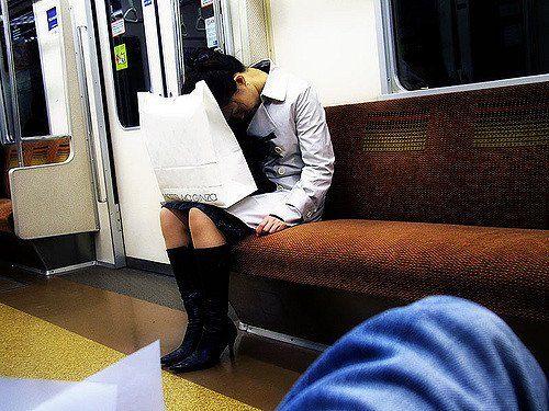 Femme endormie dans le métro de Tokyo.