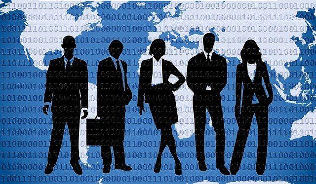Groupe de gens dessinés devant une carte du monde recouverte de données transitant par Internet.