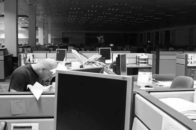 Un homme travaillant à son bureau dans un open space.