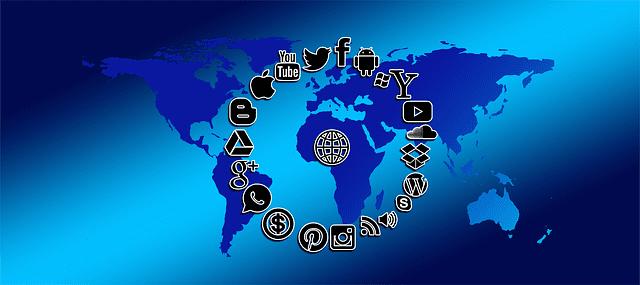 Carte du monde et symboles de réseaux sociaux.