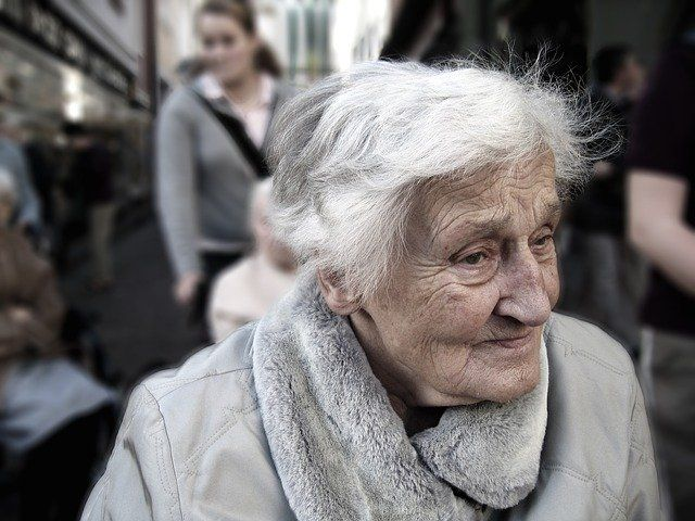 Une femme âgée atteinte d'Alzheimer.