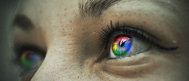 Visage de femme avec les couleurs de Google dans l'œil.