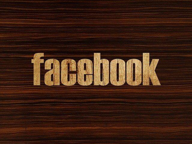 Effet : le mot Facebook gravé sur du bois.