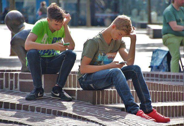 Jeunes hommes en train de jouer à Pokémon Go.