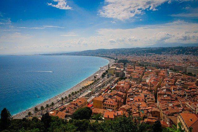Vue sur Nice, ses constructions et son bord de mer.