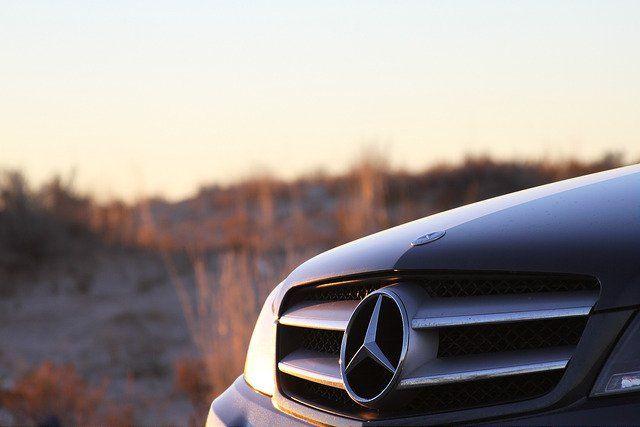 Zoom sur le logo d'une voiture Mercedes.