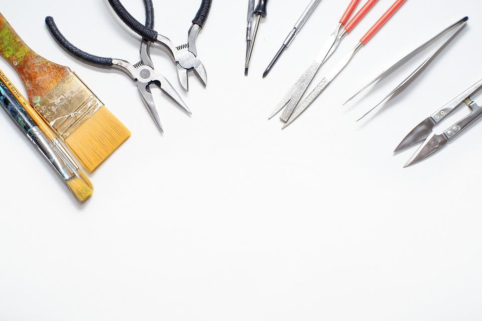 Photos d'outils sur une table.